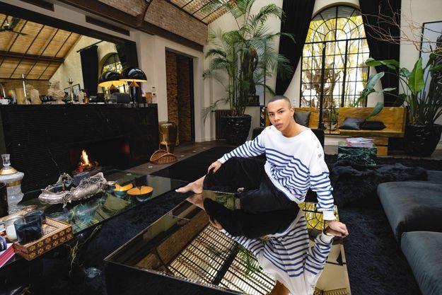 Le styliste dans son appartement parisien, en 2019.