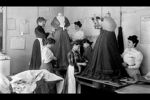 Jacques Boyer. Le drapage du corsage chez Worth, Paris, 1907.