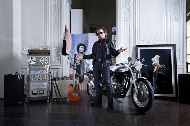 Parmi les 369 lots de la vente, des joyaux sélectionnés par Philippe. Ici, dans les salons d'Artcurial, la guitare de Bowie, une moto de rockeur anglais, un portrait de Hendrix signé Jef Aérosol, une photo de Mick Jagger par Claude Gassian...