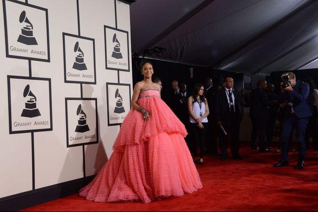 Rihanna en Giambattista Valli (rose) aux Grammys.