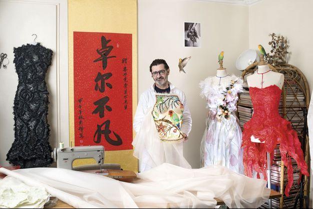 Dans son atelier, Franck Sorbier et des modèles de sa collection haute couture printemps-été 2015.