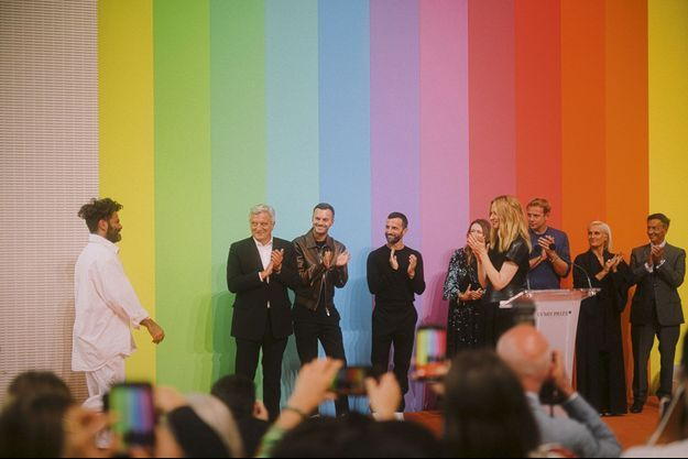 Le créateur Hed Mayner, premier lauréat du prix Karl-Lagerfeld, applaudi par les membres du jury : Sidney Toledano, Kris Van Assche, Nicolas Ghesquière, Clare Waight Keller, Delphine Arnault, Jonathan Anderson, Maria Grazia Chiuri et Jean-Paul Claverie.