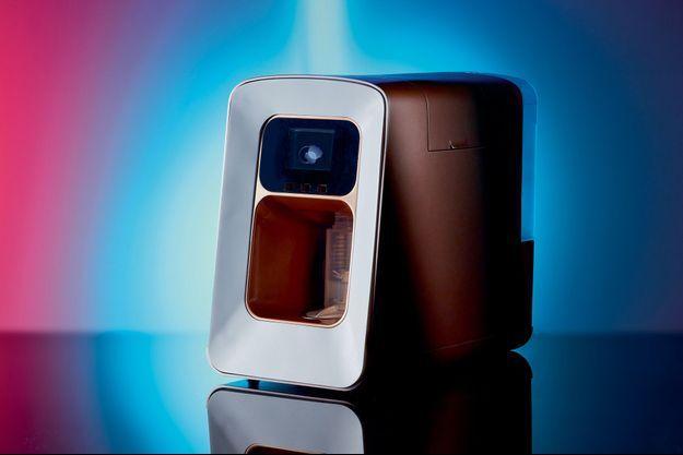 Fabrication automatisée en flacons. Cette machine permet de confectionner une large palette de soins de la peau, de produits d'hygiène et capillaires à partir d'eau et de matières premières encapsulées. Chacune possède son propre QR Code, lu par l'appareil, qui permet de régler automatiquement la fabrication du soin réalisé à l'intérieur même du flacon, sous vos yeux, grâce à un système d'hélice breveté ! Les produits ont une durée de vie de trois mois. Emuage, 2 coloris (bronze ou blanc translucide). Prix : 495 € et entre 6 € et 30 € le set de 3 capsules, selon le type de produit. Lancement fin 2020. emuage.com.