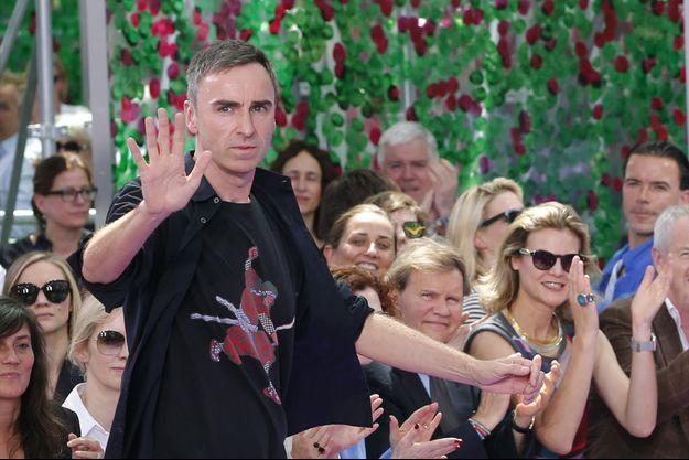 Raf Simons saluant à la fin du défilé Haute Couture, en juillet 2015.