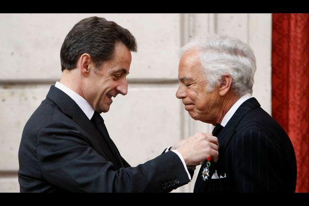 Ralph Lauren recevant la Légion d'Honneur hier des mains du président.