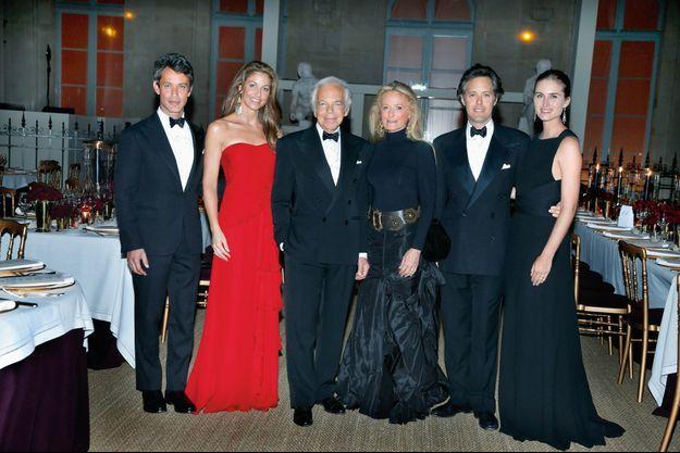 Cour de Chimay, aux Beaux-Arts, juste avant le dîner, Ralph Lauren et sa femme, Ricky, en jupe de taffetas noir, entourés de leurs enfants : (de g. à dr.) Andrew, 44 ans, Dylan, en robe rouge, 39 ans, David, 42 ans, et sa femme, Lauren, la nièce de George W. Bush.