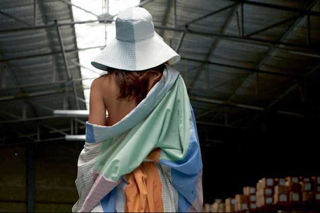 Quand arrivent les soldes, Coralie Marabelle crée des vêtements « manifestes » pour dénoncer la surconsommation à laquelle le public est poussé. Elle en prend le contre-pied en proposant des collections recyclées et upcyclées en partenariat avec Emmaüs Alternatives.