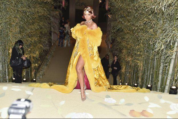 Rihanna dans sa longue robe jaune signée Guo Pei en mai 2015 au gala du MET.