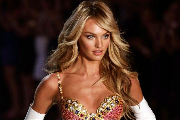La top model Candice Swanepoel défile avec un ensemble à 10 millions de dollars, lors du show Victoria's Secret, en 2013.