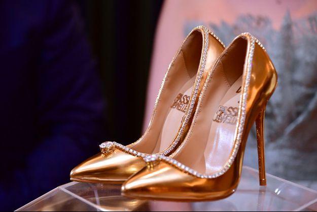 Une paire de chaussures à 17 millions de dollars exposée à Dubaï.