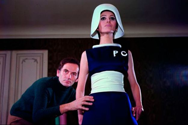 Prêt pour le lancement, en 1967, de sa collection géométrique avec ceintures en toile cirée : révolutionnaire !