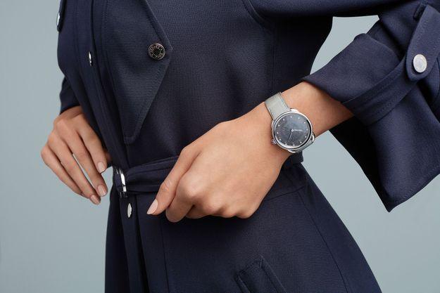 La montre Arceau s'illumine d'un cadran gravé de rayons et serti de diamants en lévitation.