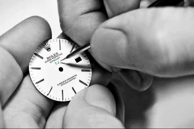 Les Artisans de Genève décorent le cadran d'une montre d'initiales