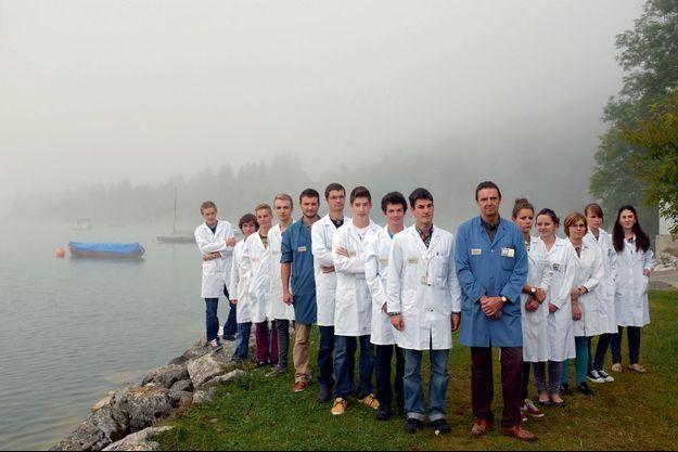 Des élèves en horlogerie et en micromécanique entourent leurs maîtres d'apprentissage.