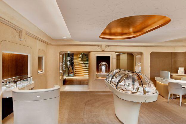 Une nouvelle boutique Van Cleef & Arpels ouvre à Paris.
