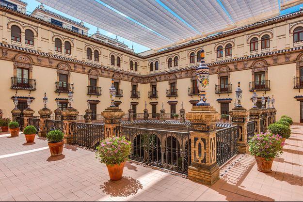 """L'Hôtel Alfonso XIII qui a accueilli les acteurs du film """"Lawrence d'Arabie""""."""