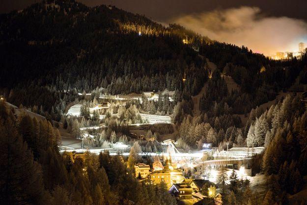 La station de nuit. On aperçoit la piste de bobsleigh éclairée par des leds