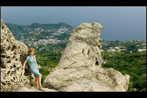 Isabelle Huppert, entre deux prises sur les falaises qui cisèlent l'île d'Ischia.