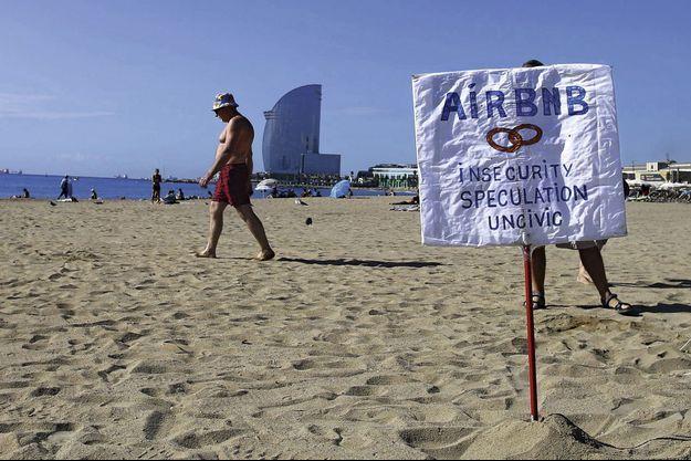 Sur la plage de Barcelone, un panneau hostile aux locations touristiques.