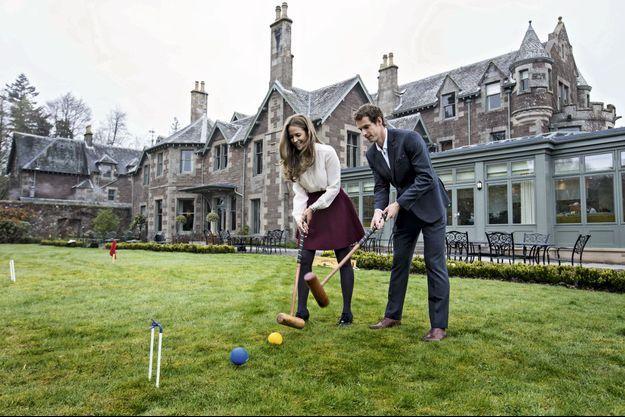 Andy et Kim, sa compagne, jouent au croquet dans le jardin de Cromlix.