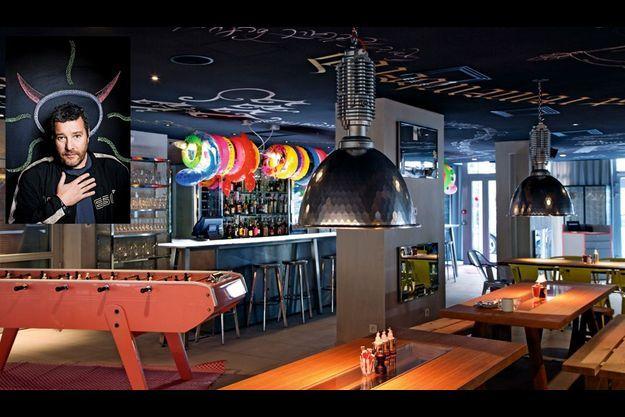 De la grande pièce commune, à la fois restaurant, bar et cuisine ouverte, à la terrasse à damiers, le Mama vit au rythme de la ville. En médaillon, Philippe Starck