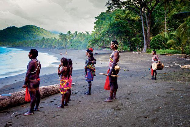 Les touristes sont autorisés à débarquer sur ces plages paradisiaques pour quelques heures seulement. Les Indiens les accueillent en musique et se mêlent à eux pour profiter des joies d'une baignade dans une cascade.