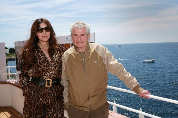 Monica Bellucci et Claude Lelouch photographiés non pas sur un bastingage mais à l'Eden Roc en 2017.
