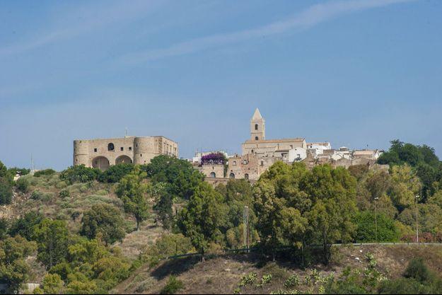 Dans le creux de la « botte » italienne, à la frontière des Pouilles, la cité perchée autour de sa forteresse médiévale.