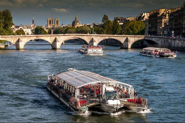 Des bateaux-mouches sur la Seine à Paris