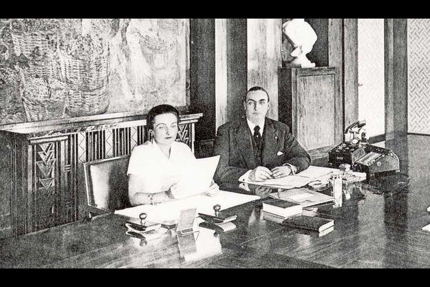 Simone et Jacques, les petits-enfants de Simon Violet, le fondateur du Byrrh, dans le bureau de l'usine de Thuir.