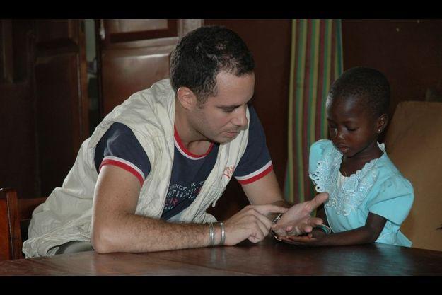 La formation apprend par exemple à ne pas tomber dans l'affect, ce qui n'est pas évident pour les volontaires qui ont à s'occuper d'enfants.