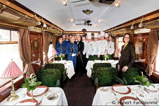 Dans l'Etoile du Nord, l'une des trois voitures-restaurant du train, une partie du personnel autour du chef Christian Bodiguel. Sur la droite, Silvia Cerroni, directrice du train.