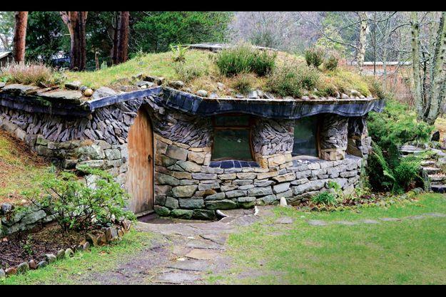 Ceci n'est pas une maison de Hobbit mais une des salles de méditation du village.