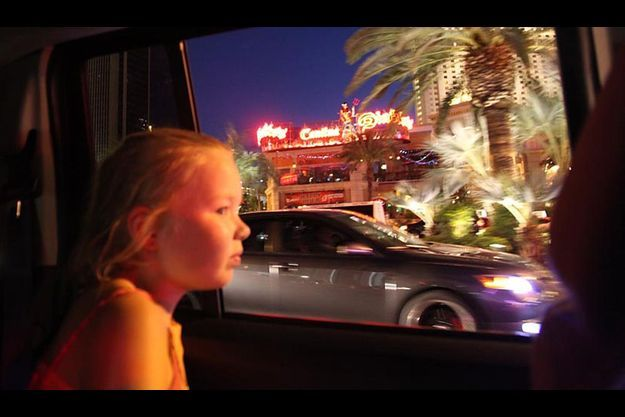 La nuit tombée, le Strip, le boulevard de Las Vegas qui dessert tous les hôtels-casinos, s'allume.