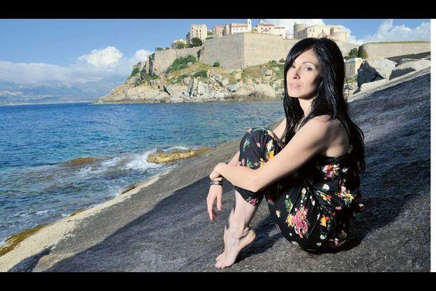 Le cœur à Calvi. Son père est né et mort ici. Derrière Pietra, la citadelle de ce bijou de Haute-Corse.