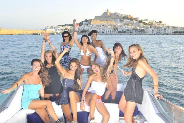 Ces neuf ravissantes jeunes femmes s'offrent un moment de détente en mer et prennent un petit bol d'air avant de partir au travail pour 20 heures. Ce sont les danseuses du Pacha, le night-club le plus glamour d'Ibiza.