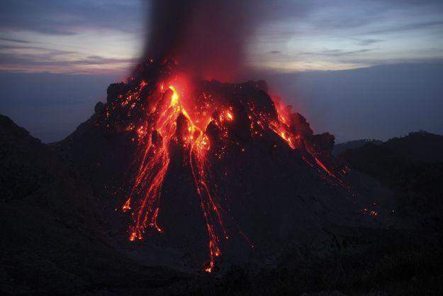 Eruption du volcan Paluweh en Indonésie en 2012.