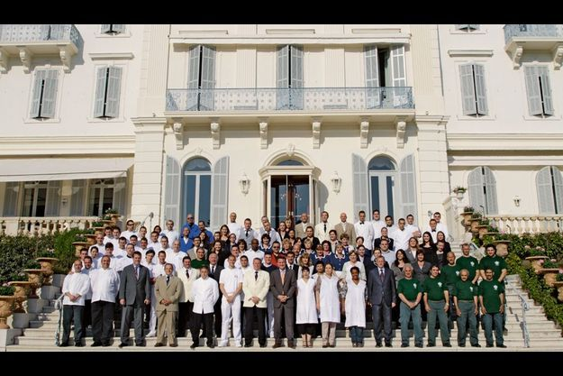 Jardiniers, cuisiniers, femmes de chambre... ils sont trois cents à veiller sur les 67 chambres et suites ainsi que sur Eleana, la toute nouvelle villa privée, avec piscine.