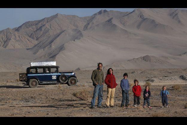 Les Zapp et leur voiture dans le désert chinois. De gauche à droite: Herman, Candelaria, Pampa, Tehue, Paloma et Wallaby.