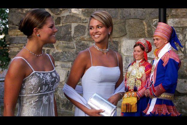 Victoria, princesse héritière du royaume de Suède (à gauche) aux côtés de sa soeur cadette Madeleine