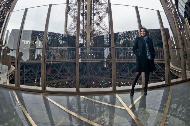 Anne Hidalgo sur le plancher de verre lors de l'inauguration.
