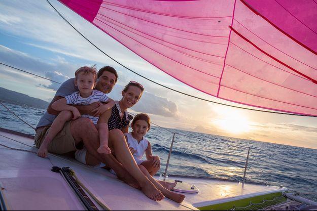 La famille d'Alain Colas. Dans la baie de Matavai, à bord du catamaran d'un ami, Torea, Emily et leurs enfants, Tamatea et Moeava.