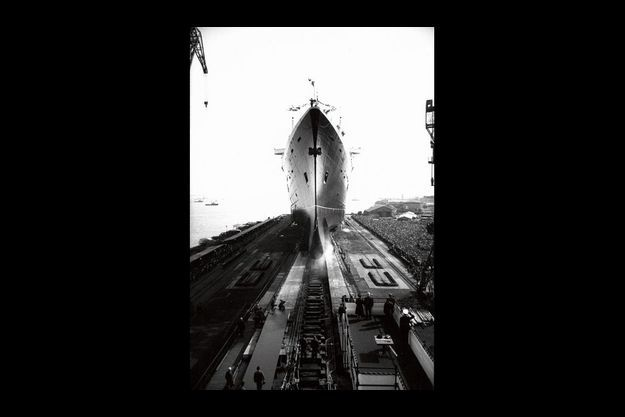 Les 33 500 tonnes du magnifique vaisseau glissent lentement sur les rails de sa rampe de lancement