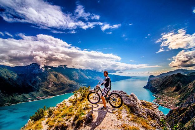 Illustration d'un rider au sommet d'une montagne.