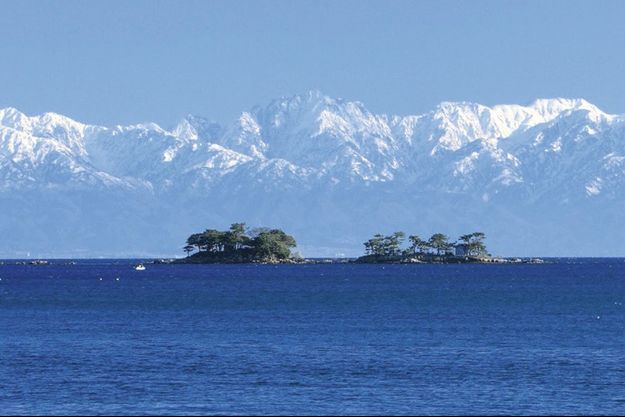 Sublime baie de Toyama, ses îlots dans l'écrin des montagnes enneigées qui culminent à 3000 mètres.