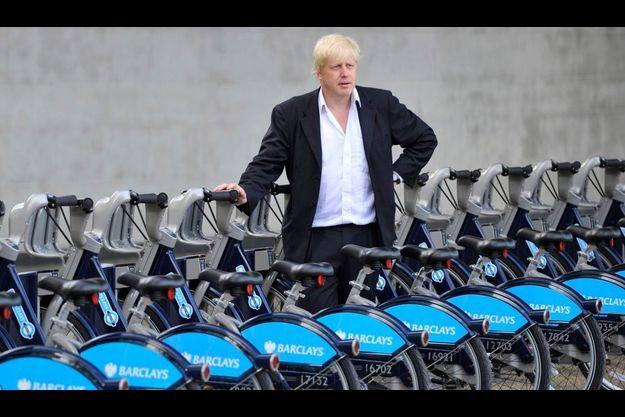"""Le maire de Londres, Boris Johnson, pose fièrement devant les """"Velib"""" londoniens."""