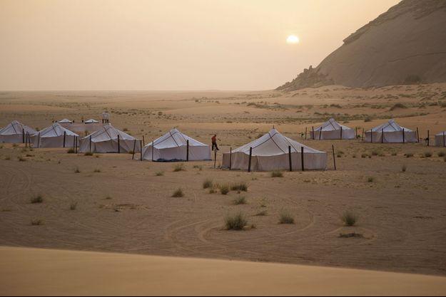 Des khaïmas blanches (tentes traditionnelles mauritaniennes) ont été installées au pied du monolithe de Ben Amira. Les touristes passeront la nuit dans le campement.