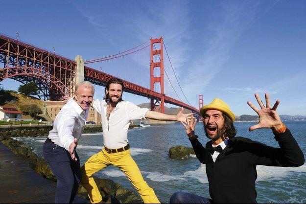 Jour 58 A San Francisco, Milan (pantalon jaune) et Muammer (chapeau) devant le Golden Gate Bridge avec J.B. Wood, milliardaire rencontré à Singapour, qui va les héberger pendant trois jours.
