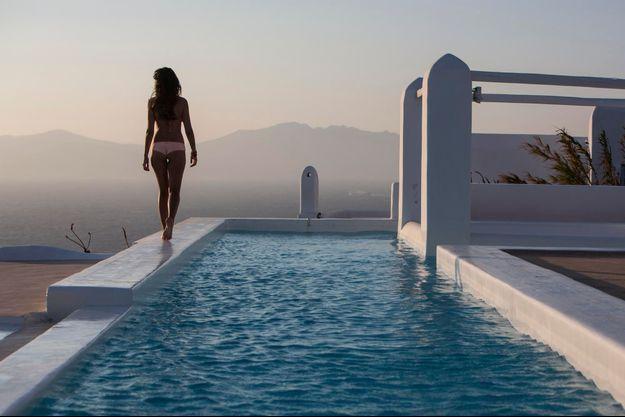 Audrey, 22 ans, Française. Photographiée dans la villa Blue Rock, maison typiquement grecque conçue par Heim Design, à flanc de colline, à quelques kilomètres de la ville d'Ornos.