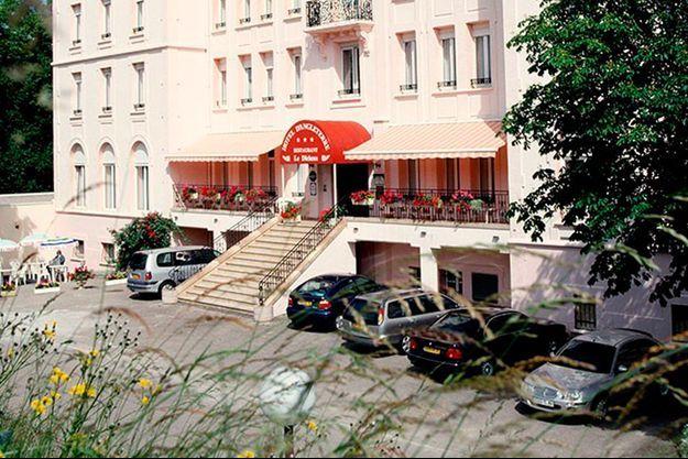 Illustration de l'entrée de l'hôtel d'Angleterre à Vittel.